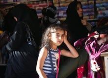 Menina iraniana de encontro às mulheres vendadas Fotos de Stock Royalty Free