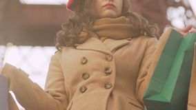 Menina irritada após o táxi de espera de compra, guardando sacos, compra mal sucedida filme