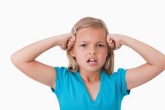 Menina irritada com os punhos em sua face fotografia de stock