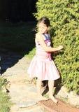 Menina irritada no vestido cor-de-rosa Foto de Stock