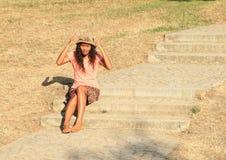 Menina irritada que senta-se em escadas Fotos de Stock Royalty Free