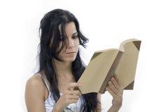 Menina isolada que lê um livro Imagens de Stock Royalty Free