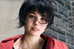 Menina japonesa com cabelo curto com sardas Imagem de Stock Royalty Free