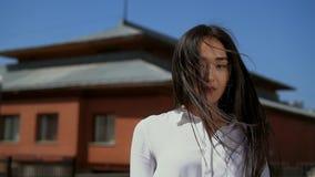 A menina japonesa gerencie para a câmera no fim do movimento lento acima Queda do cabelo na cara da mulher filme