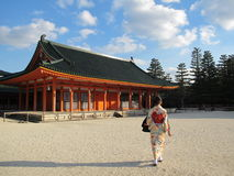 Menina japonesa no quimono com Kyoto Jinja Fotos de Stock
