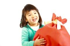 Menina japonesa pequena com grande gift  Fotografia de Stock Royalty Free
