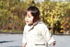 Menina japonesa que toma uma caminhada no parque Fotografia de Stock