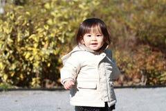 Menina japonesa que toma uma caminhada no parque Imagem de Stock