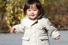Menina japonesa que toma uma caminhada no parque Fotografia de Stock Royalty Free