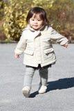 Menina japonesa que toma uma caminhada no parque Foto de Stock Royalty Free