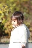 Menina japonesa que toma uma caminhada no parque Imagens de Stock Royalty Free