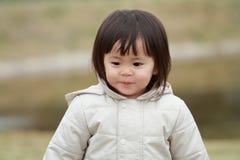 Menina japonesa que toma uma caminhada no parque Foto de Stock
