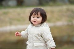 Menina japonesa que toma uma caminhada no parque Imagens de Stock