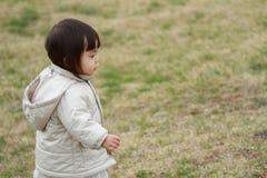 Menina japonesa que toma uma caminhada no parque Fotos de Stock Royalty Free
