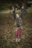 A menina joga as folhas Fotografia de Stock Royalty Free