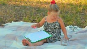 A menina joga com o dinheiro, posto lhes no frasco e faz a anotação no relatório vídeos de arquivo