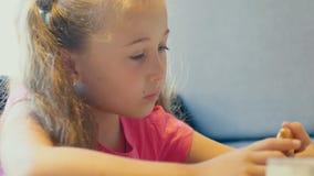 A menina joga com o telefone filme