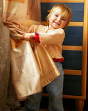 A menina joga em casa Imagens de Stock