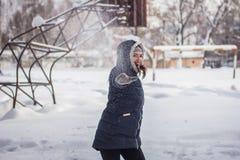 A menina joga a neve imagens de stock royalty free