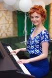 A menina joga o instrumento musical do teclado Imagem de Stock Royalty Free