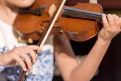 A menina joga o violino imagem de stock