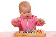 A menina joga o xylophone Fotos de Stock
