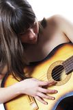 A menina joga uma guitarra acústica Fotografia de Stock Royalty Free