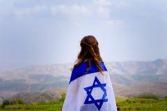 Menina judaica israelita com opinião traseira da bandeira de Israel fotos de stock