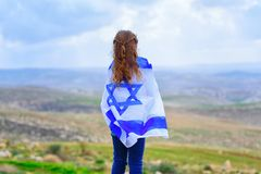 Menina judaica israelita com opinião traseira da bandeira de Israel imagens de stock royalty free