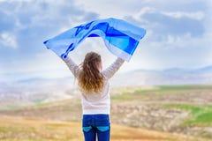 Menina judaica israelita com opini?o traseira da bandeira de Israel imagens de stock