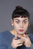 Menina justo-descascada 20s surpreendida que reconhece alguém Fotos de Stock Royalty Free