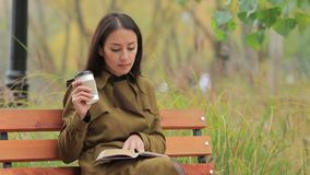 A menina lê dentro Autumn Park video estoque