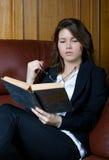 A menina lê o livro Fotos de Stock Royalty Free