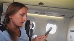 A menina lê o texto em seu smartphone video estoque