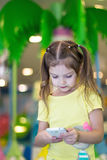 A menina lê o texto no telefone imagens de stock royalty free