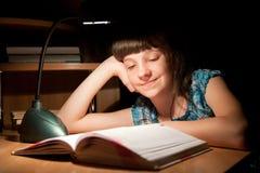 A menina lê um livro Foto de Stock Royalty Free