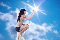 A menina lança os aviões de papel fora Fotografia de Stock