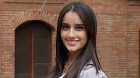 Menina latino-americano adolescente de sorriso imagens de stock