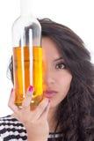 Menina latino-americano que esconde um olho atrás de um amarelo Imagens de Stock
