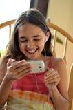 Menina latino-americano que surfa o Internet Fotos de Stock Royalty Free