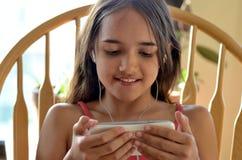 Menina latino-americano que surfa o Internet Imagens de Stock Royalty Free