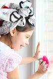 A menina lava o indicador Foto de Stock Royalty Free