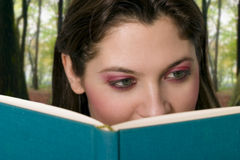 Menina-leitura-um-livro foto de stock