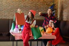 A menina leva sacos de compras da ação de graças Fotografia de Stock
