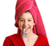 A menina limpa os dentes fotos de stock