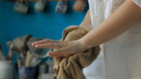 A menina limpa suas mãos com um pano após o trabalho feito filme