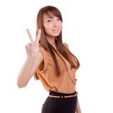 Menina lindo adolescente feliz que mostra o sinal da vitória ou o sinal de paz imagens de stock