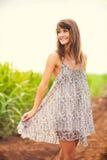 Menina lindo que anda no campo, estilo de vida do verão Imagem de Stock