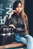 Menina lindo que levanta com saco de couro, estilo do moderno Imagens de Stock Royalty Free