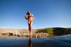 Menina longa do cabelo no biquini na água foto de stock royalty free